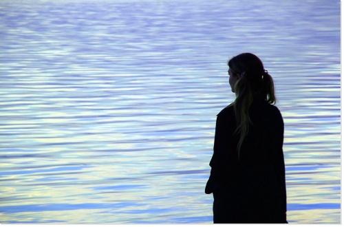 femme seule devant la mer